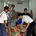 Persiapan pengiriman bantuan di Posko Tanggap Darurat MBK ke Balaraja, 26 Januari 2014.