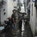 Karyawan Paroki Tomang, Solichin dan Markus, turut menyampaikan bantuan ke Kampung Guci (29/1/2014).
