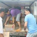 OMK MBK bahu-membahu menurunkan bantuan kemanusiaan dari umat Paroki Tomang untuk penyintas banjir Balaraja (9/2/2014).