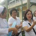 Ibu Ryda (kanan) memberikan pengarahan kepada tim baksos kesehatan Paroki Tomang di Balaraja (16/2/2014).