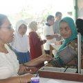 Sebelum berkonsultasi dengan dokter, pasien diperiksa tekanan darahnya (Balaraja, 16/2/2014).