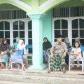 Pasien yang duduk mengantre giliran (Balaraja, 16/2/2014).