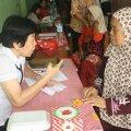 Dokter Tina sedang memeriksa pasien (Balaraja, 16/2/2014).