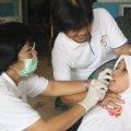 Dokter gigi sedang memeriksa pasien (Balaraja, 16/2/2014).