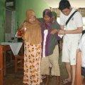 Ferry (kanan), juga OMK MBK lainnya membantu pasien menjalani pemeriksaan (Balaraja, 16/2/2014).