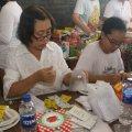 Para apoteker mempersiapkan obat-obatan untuk pasien (Balaraja, 16/2/2014).
