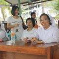 Sr. Sebastiana , HK (kanan) turut bekerja bersama para relawan (Balaraja, 16/2/2014).