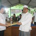 Dokter Tina sebagai wakil para dokter, menerima ucapan terima kasih dari K.H. Ahmad Maimun Alie, MA (Pemimpin Pondok Pesantren Sabulussalam) (Balaraja, 16/2/2014).