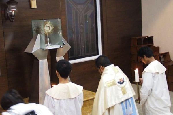 Menemani Yesus di Ruang Adorasi